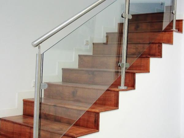 barandilla de cristal y acero escalera