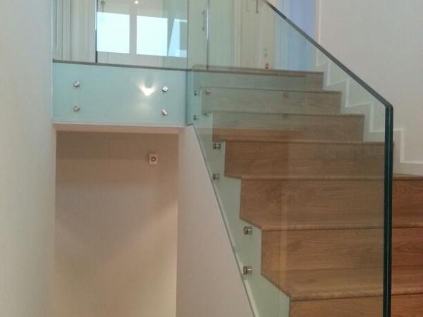 barandilla de cristal en escalera